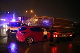 Sivas'ta otomobil tırın altına girdi: 4 yaralı